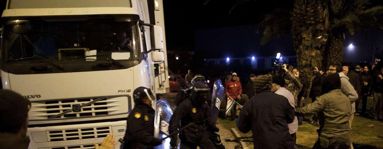 Según, los organizadores de la huelga en Madrid solamente se han congregado más de un millón de personas. Por su parte, la Delegación del Gobierno ha rebajado esa estimación hasta los 35.000 participantes. Allí 80 personas han sido detenidas y 30 han resultado heridas.