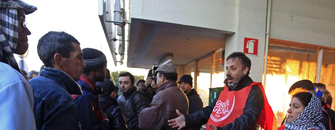El ministro español de Economía, Luis de Guindos, afirmó que el Gobierno respeta el derecho a la huelga, aunque señaló que este tipo de acciones no son el camino adecuado para reducir la incertidumbre que afecta al país.De Guindos se mostró convencido de que la hoja de ruta del Ejecutivo es \