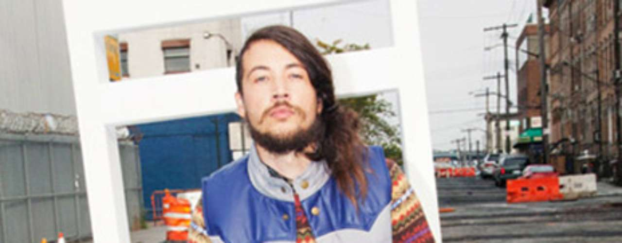 Look Hippie: este look se ha puesto de moda últimamente y puede ser muy relax para una fiesta de oficina o con muy buenos amigos. Todo lo que necesitas son prendas de diversos colores.