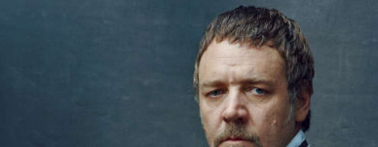 Russell Crowe interpreta al implacable y rígido policía 'Javert', que persigue incansablemente a 'Valjean'.