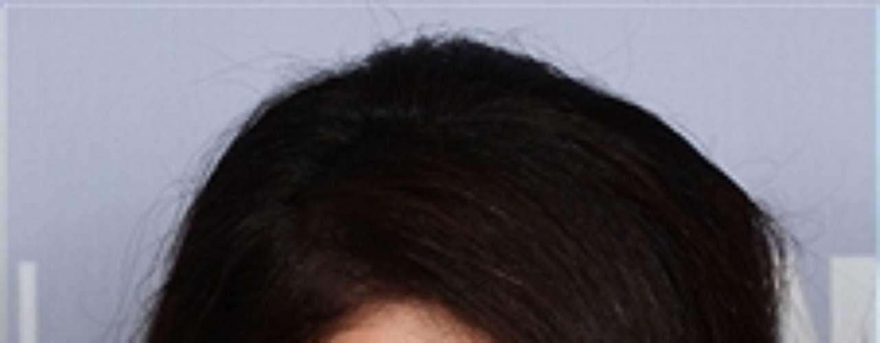 El cabello tipo messy recogido es uno de los favoritos del estilista, me encanta porque te alarga el cuello. Siempre recomiendo lavarse el cabello antes para que se vea limpio y sano. Usa el acondicionador de cabello LOréal Paris EverCrème Cleansing para hidratar el cabello y también ayuda mantener el cabello grueso luminoso y más manejable para hacer un recogido. Aunque debe parecer messy, recomiendo que siempre uses un fijador al final para terminar el look de tu recogido. Un fijador como el LOréal Paris Elnett asegura que el look te dure toda la noche. Aunque no veremos a Selena Gomez en los Latin Gramy ésta noche, ella lució el lunes un recogido \