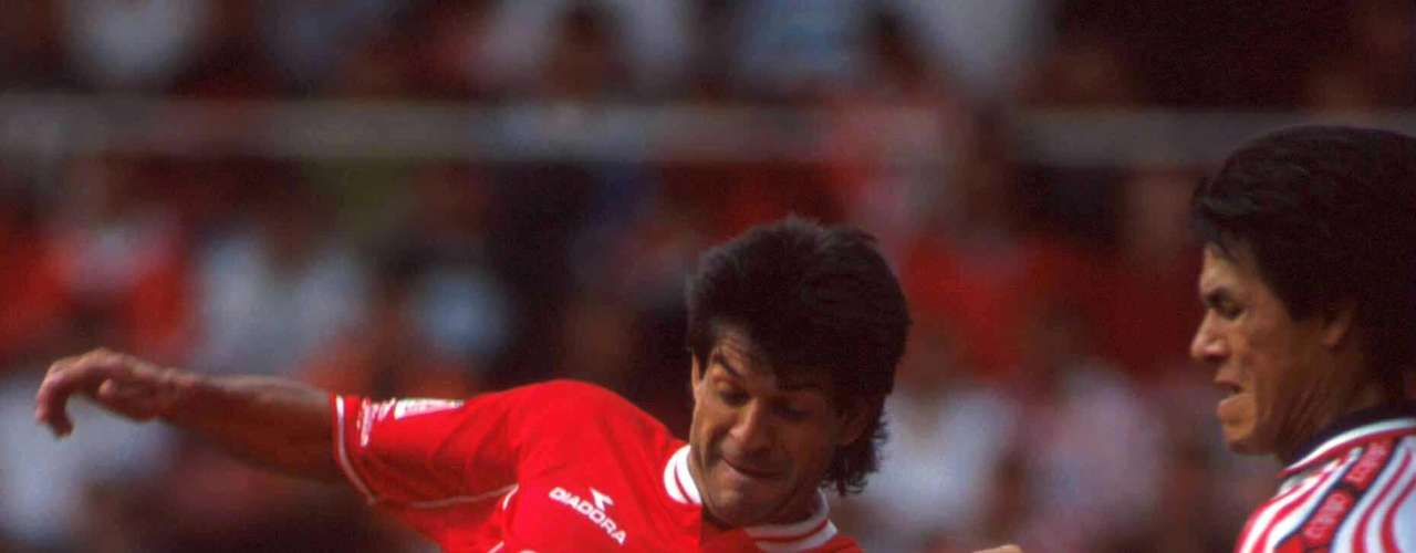 A pesar de que las Liguillas iniciaron en 1971, la primera vez que Chivas y Toluca se enfrentaron fue en la Semifinal del torneo Verano 2000 y en el juego de Ida los Diablos golearon 4-1 al Guadalajara con doblete de José Saturnino Cardozo y goles de Carlos María Morales y Víctor Ruiz; por los rojiblancos descontó Jesús Mendoza.