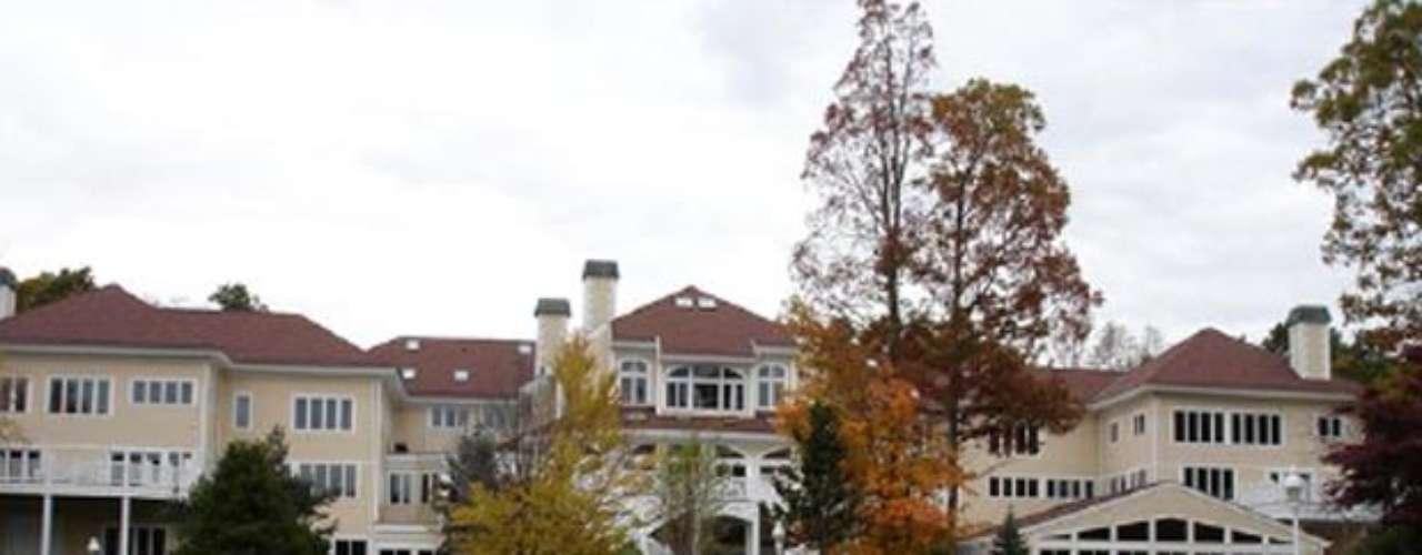 The 50 Cent Mansion : Esta Increíble mansión fue adquirida por el rapero neoyorkino por una suma de $ 4,1 millones de dólares. Su remodelación tuvo un costo 6 millones que logró ambientes indiscutiblemente sin aire de magnificencia. El músico, productor y también actor jamás se aburrirá en su casa ya que en sus 48.000 m² construidos, 17,6 hectáreas de patios y jardines, cuenta con 19 dormitorios, 35 baños,4 cocinas, comedores, gimnasio, sala de cine, 2 piscinas (una de ellas con cascada), 5 jacuzzis,  2 Salas de billar, campo de tiros dentro de la casa, cancha de baloncesto, estudio de grabación y una discoteca.