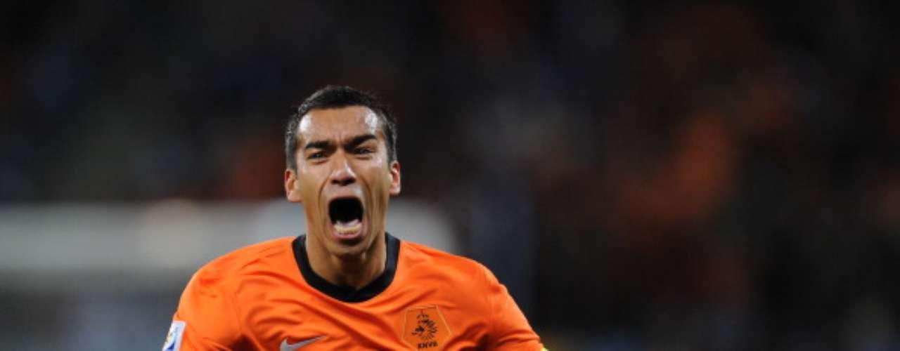 Giovani van Bronckhorst da la cara por los defensas holandeses. En Sudáfrica 2010, el ex del Barcelona lució por su fuelle y por un golazo ante Uruguay, en Semifinales, el cual quedará 'indeleble' en la memoria de los aficionados al futbol.