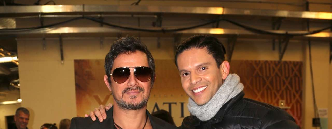 Fashion guru Rodner Figueroa poses with Alejandro Sanz after preparing his portion of the big show.