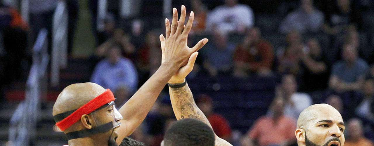 Bulls vs. Suns: Carlos Boozer celebra con Richard Hamilton tras anotar puntos en el tiempo extra. Chicago tuvo que emplearse en tiempo extra para vencer 112-106 a Phoenix en el US Airways Center.