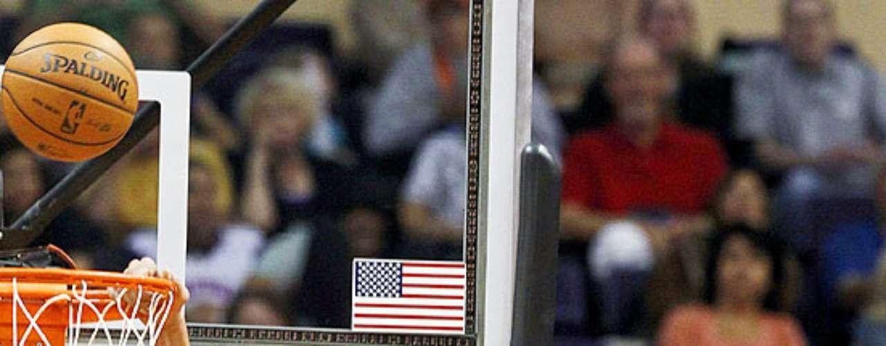Bulls vs. Suns: Joakim Noah (13) falla la clavada ante la marca de Luis Scola (14). Chicago tuvo que emplearse en tiempo extra para vencer 112-106 a Phoenix en el US Airways Center.