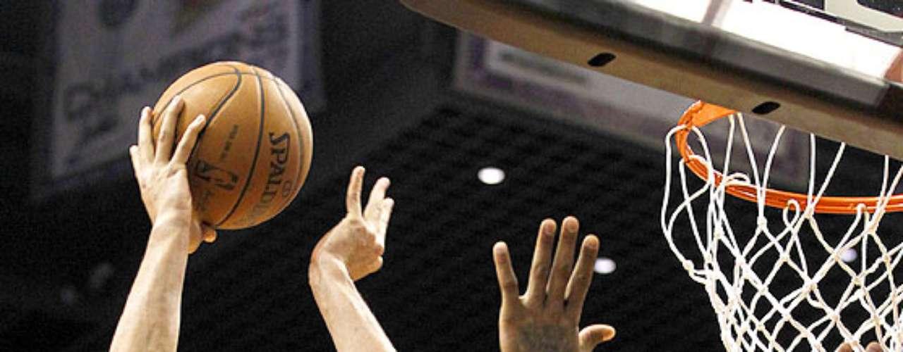 Bulls vs. Suns: Joakim Noah (13) hace su tiro a la canasta ante la marca de P.J. Tucker (17). Chicago tuvo que emplearse en tiempo extra para vencer 112-106 a Phoenix en el US Airways Center.