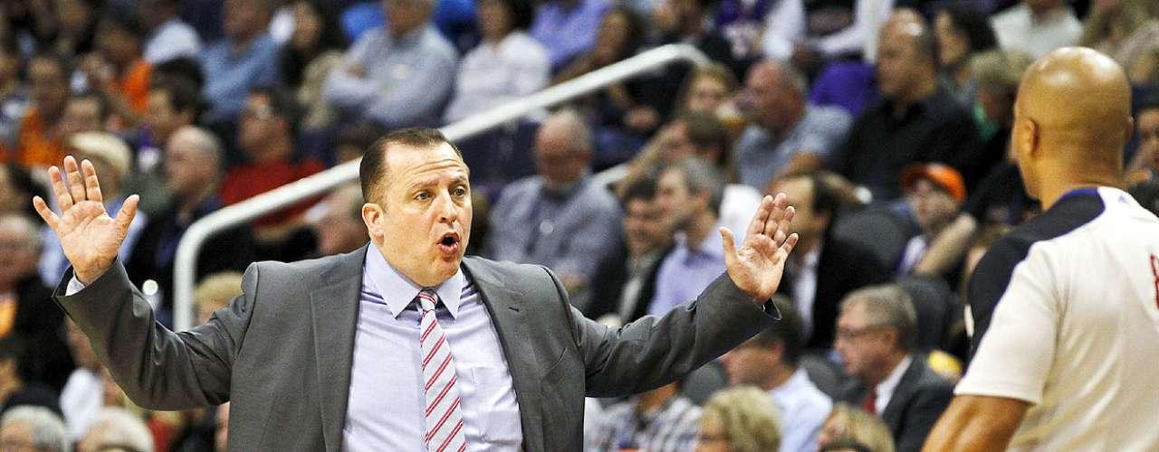 Bulls vs. Suns: Tom Thibodeau, entrenador de Bulls, protesta al referee Marc Davis una marcación en contra. Chicago tuvo que emplearse en tiempo extra para vencer 112-106 a Phoenix en el US Airways Center.