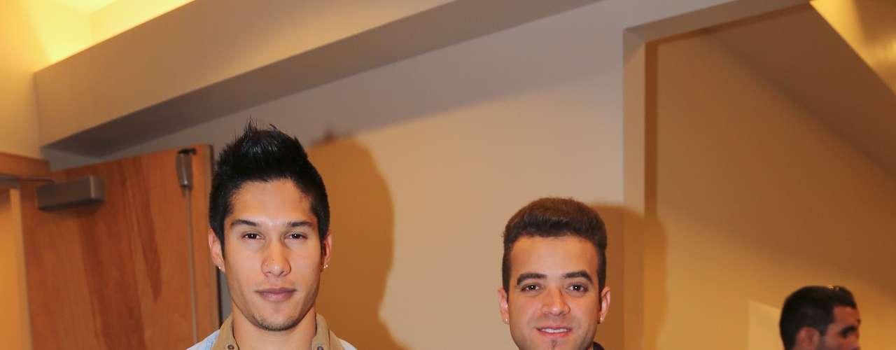 Chino y Nacho complacieron a los fotógrafos en el backstage del Latin Grammy 2012.