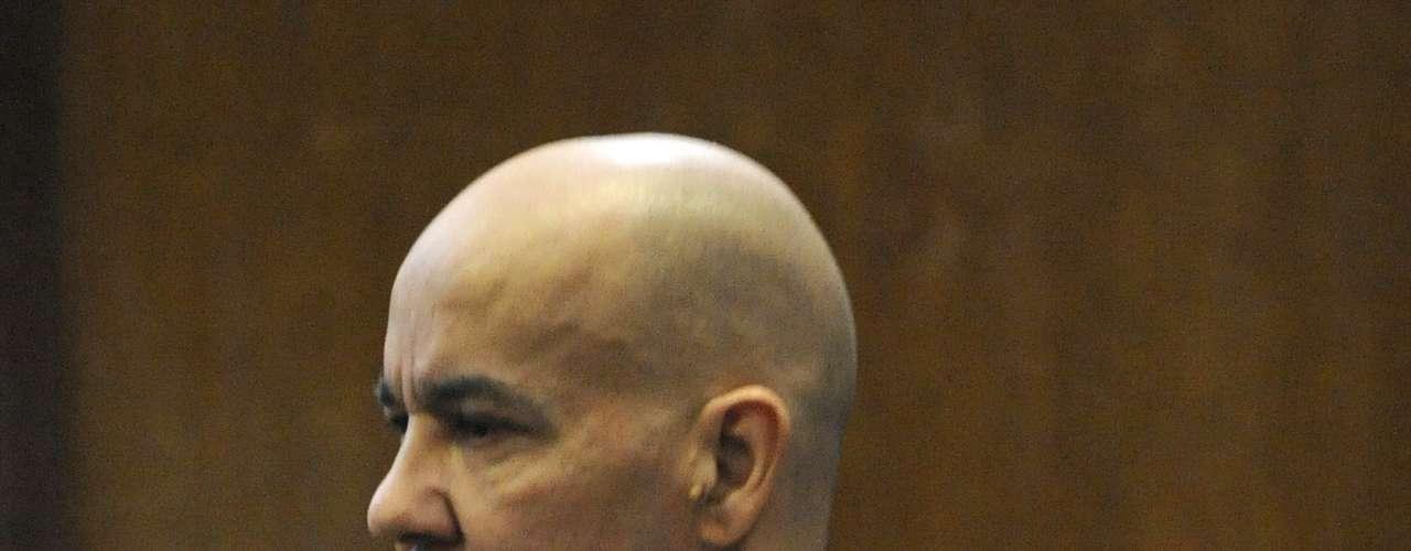 Inicialmente, el abogado del acusado, Harvey Fishbein, alegó que Hernández es bipolar' y esquizofrénico. Fishbein, dijo que su cliente es un enfermo mental y sufre de alucinaciones'. Sin embargo, más adelante la corte determinó que estaba apto para enfrentar un juicio.