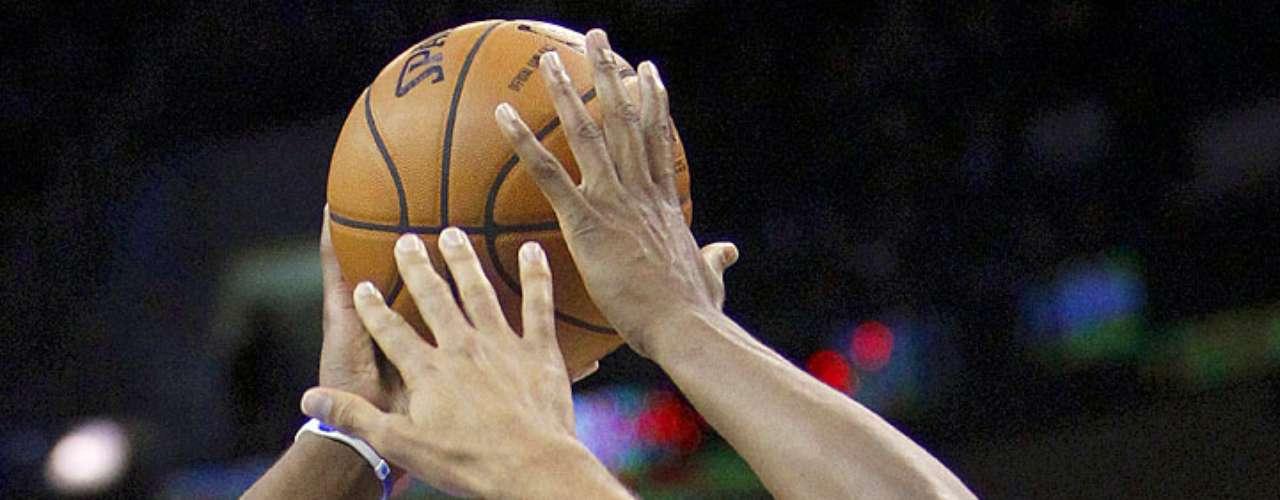 Grizzlies vs. Thunder: Rudy Gay intenta lanzar el balón ante la marca de Thabo Sefolosha. Memphis dio la sopresa y venció 107-97 al Thunder en el Chesapeake Energy Arena.