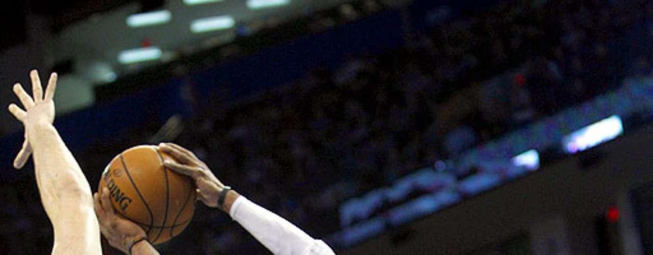 Grizzlies vs. Thunder: Russell Westbrook (0) intenta disparar a la canasta ante la marca de Marc Gasol. Memphis dio la sopresa y venció 107-97 al Thunder en el Chesapeake Energy Arena.