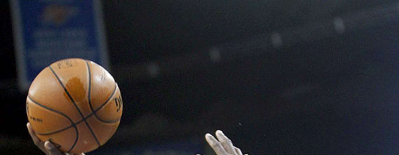 Grizzlies vs. Thunder: Zach Randolph (50) intenta un disparo ante la marca de Thabo Sefolosha. Memphis dio la sopresa y venció 107-97 al Thunder en el Chesapeake Energy Arena.
