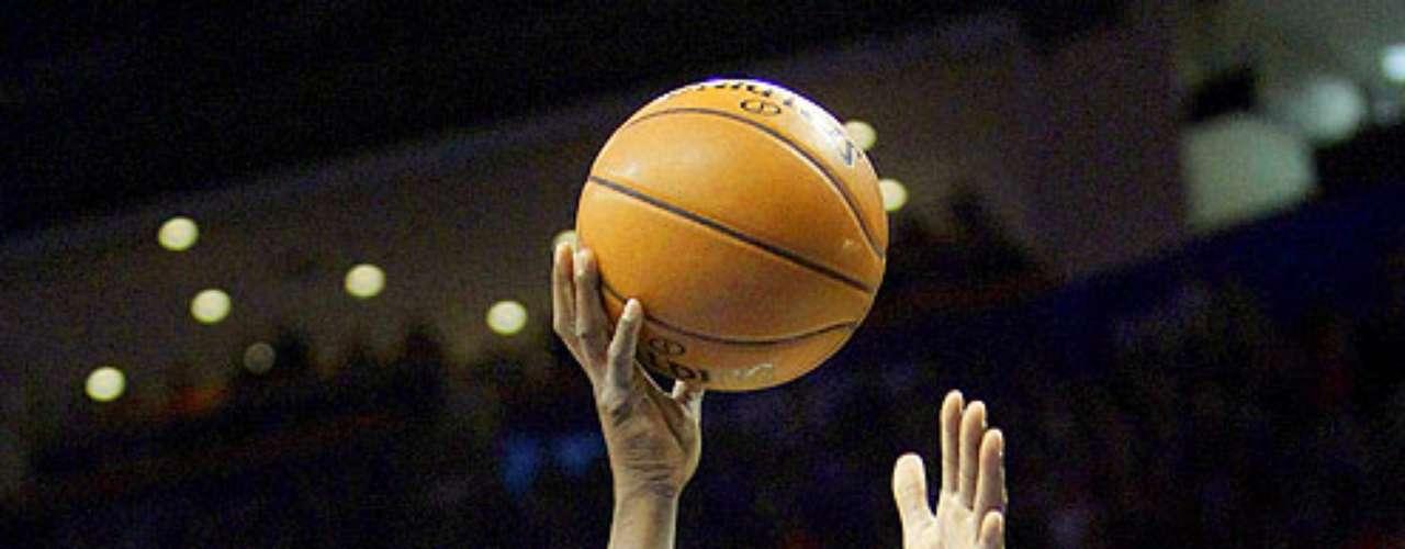 Grizzlies vs. Thunder:  Zach Randolph (50) intenta un disparo ante la marca de  Kevin Durant. Memphis dio la sopresa y venció 107-97 al Thunder en el Chesapeake Energy Arena.