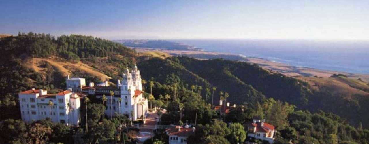 The Hearst Mansion: Tiene 50,000 pies cuadrados, está ubicada en Los Angeles, California cerca de la comunidad no incorporada de San Simeon, California aproximadamente 250 millas (400 km) de Los Ángeles y San Francisco. La finca está a cinco millas (ocho kilómetros) de interior alto de una colina de la Sierra de Santa Lucía, a una altura de 1.600 pies (490 m). La región está escasamente poblada debido a la Cordillera de Santa Lucia su cercanía el Océano Pacífico  ofrecen espectaculares vistas junto al mar. Hearst Castle fue construido en Rancho Piedra Blanca que el padre de William Randolph Hearst, George Hearst, adquirió originalmente en 1865.