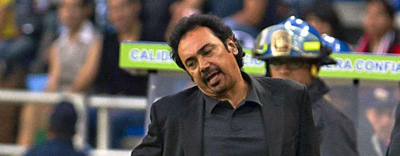 Hugo se tomó algunos años sabáticos hasta que de nuevo volvió a los banquillos. Su regreso se dio otra vez en el futbol mexicano en el Apertura 2012 con el Pachuca. La directiva de los Tuzos le armó un buen plantel para pelear el título. Pero sucedió todo lo contrario. El equipo de Hugo estuvo metido en la irregularidad. Con los Tuzos ganó 5 partidos, empató y perdió 6, en los que el club anotó 13 goles en 17 duelos y recibió 20. Este jueves fue relegado de su puesto con apenas un certamen dirigido. Así ha sido la carrera como técnico de esta figura mexicana que ha tocado el cielo, pero también ha 'volado muy bajo'.