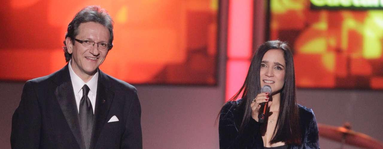 Cámaras captaron al presidente de la Academia Latina de la Grabación, Gabriel Abaroa Jr., y la cantante Julieta Venegas en tarima.