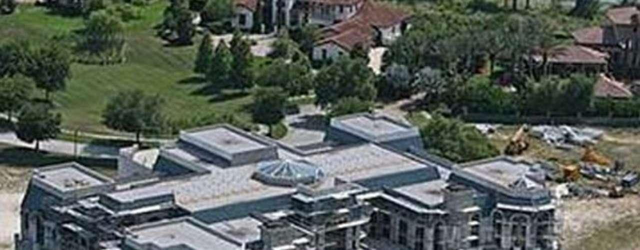 The Mansion Versailles, tiene 90,000 pies cuadrados, ubicada en Orlando, Florida y se caracteriza no sólo por su tamaño sino también por su decoración estilo Kitsch llena de glamour, propias de  la casa más grande de EEUU. Su precio inicial en una subasta es de 75 millones. La mansión cuenta con un total de 30 dormitorios. Su diseño arquitectónico fue basado en el famoso Palacio de Versalles de Francia. La pequeña cuenta con su propia bolera, pista de patinaje y una gran piscina de tamaño olímpico. Esta construcción es la casa familiar más grande jamás en los EE.UU.