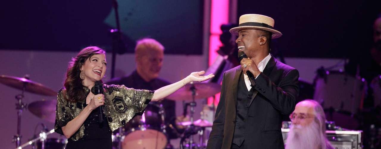 La cantante mexicana Natalia Lafourcade y Alexandre Pires, compatriota de Veloso, estuvieron a cargo de la primera actuación.  Ellos cantaron dos temas en portugués.