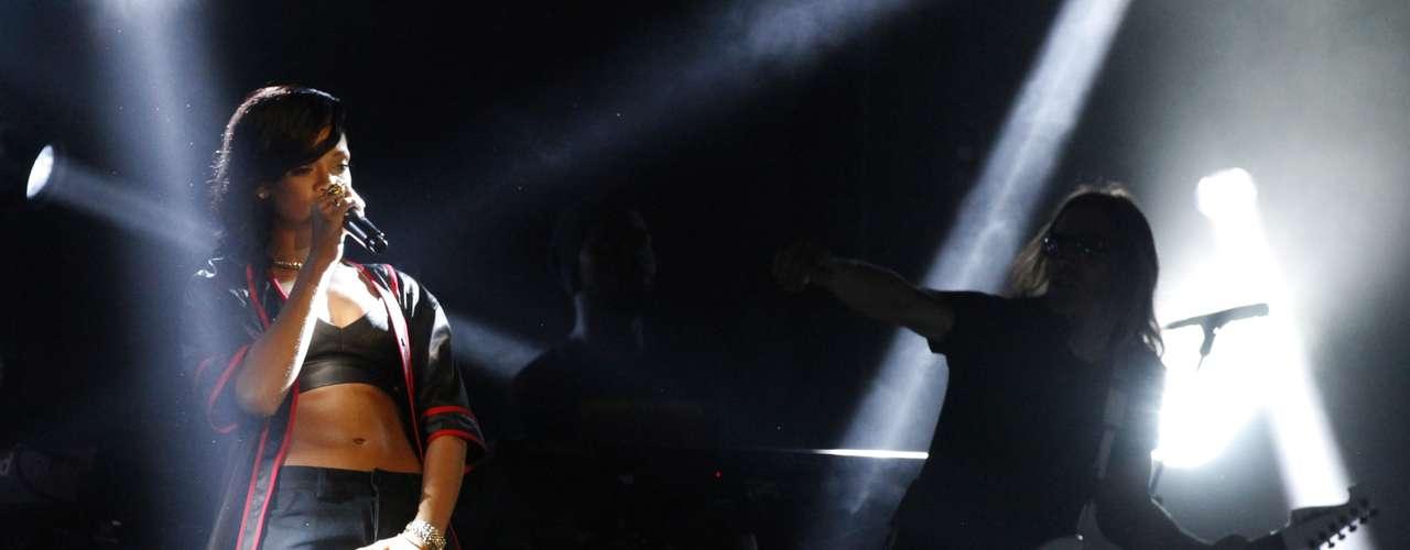 Totalmente sin pudor, Rihanna causó euforia y exaltación en México, al acariciar su zona íntima en la primera parada de \
