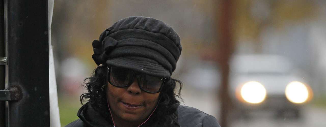 Una mujer de cleveland que fue captada en video al volante de un automóvil mientras rebasaba por la acera a un autobús escolar del que bajaban niños, fue obligada a sostener un cartel en la calle en que se leía: \
