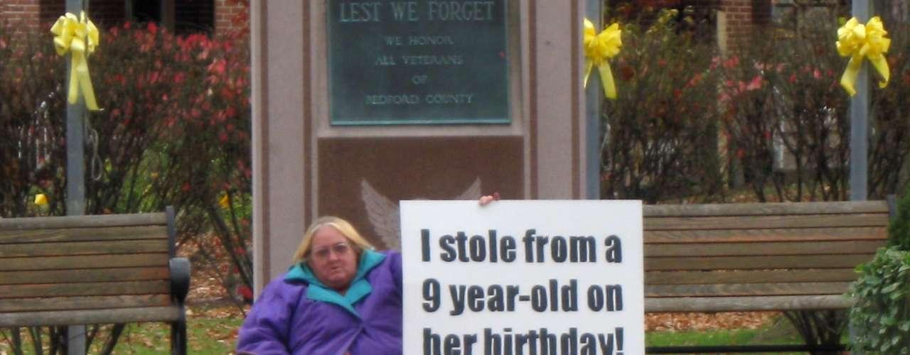Las residentes de Pennsylvania Evelyn Border y su hija de 35 años de edad, Tina Griekspoor, fueron sorprendidas robándole una tarjeta de regalo a una niña dentro de una tienda Wal-Mart. Por lo que en noviembre de 2009, el fiscal del condado de Bedford dijo que recomendaría una sentencia de libertad condicional en lugar de pedir que fueran a la cárcel, debido a que las mujeres accedieron a pararse frente al tribunal durante más de cuatro horas sosteniendo carteles que decían: \