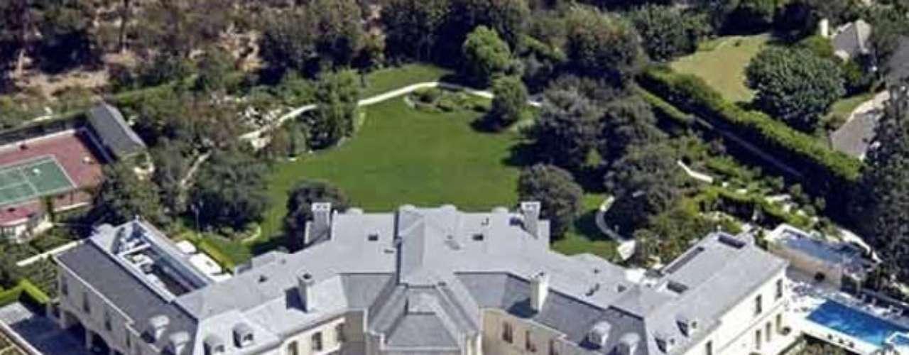 The Spelling Mansion: Tiene  57, 000 pies cuadrados está ubicada en Los Ángeles, California y cuando el Sr.  Spelling y su esposa compraron la propiedad en la década de 1980 , derribaron la casa existente para construir el castillo estilo-francés de la casa en la década de 1990. Conocida como \