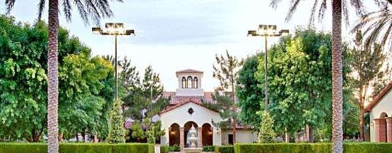 El Sultán de Brunei Estate: Tiene 65, 000 pies cuadrados, está localizada en Las Vegas, Nevada. Pertenece a Hassanal Bolkiah, el Sultán de Brunei multimillonario. La propiedad tiene un valor de  $ 37,5 millones. La puedes encontrar en  Tomiyasu Lane, la calle más prestigiosa de Las Vegas, y es sin duda dignos de la realeza. La finca está rodeada por un muro de piedra de 10 pies, cuenta con dos casas de huéspedes, un spa, pistas de tenis, piscinas, un centro ecuestre, campo de polo práctica e incluso su propia discoteca.