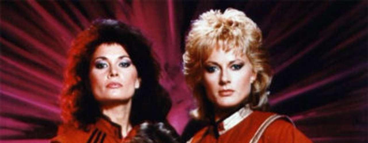 V, Invasión Extraterrestre.  Serie de ciencia ficción de 1984 que cuenta la llegada de una raza alienígena a la Tierra y sus artimañas para conquistar el planeta. Se realizó un remake en 2009 que, tras dos temporadas, fue cancelada.