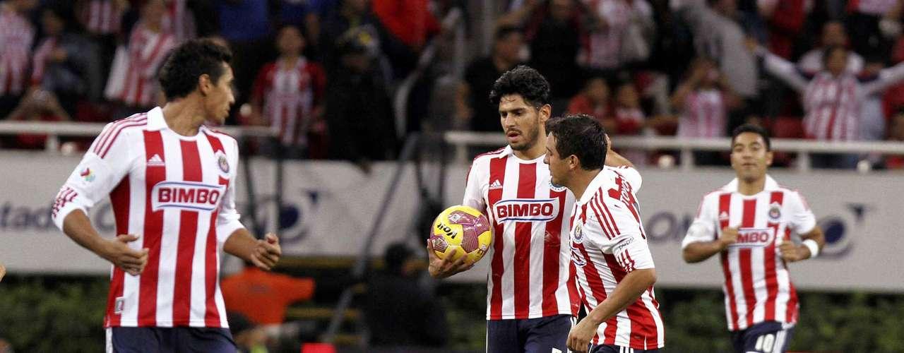 Rafael Márquez de penalti anotó el tanto de Guadalajara para darle esperanzas