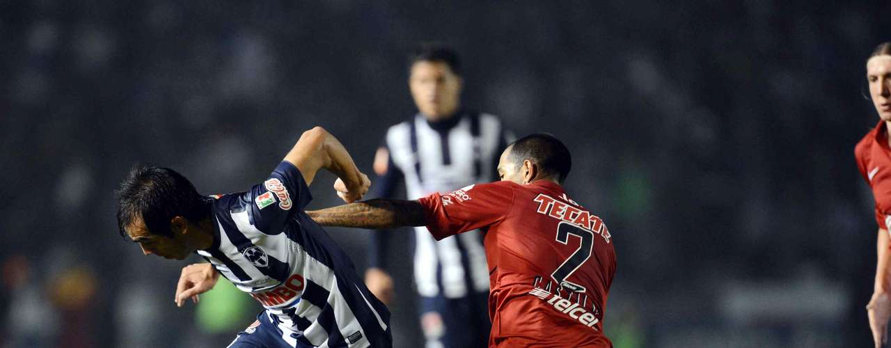 César Delgado tries to leave behind Édgar Castillo.