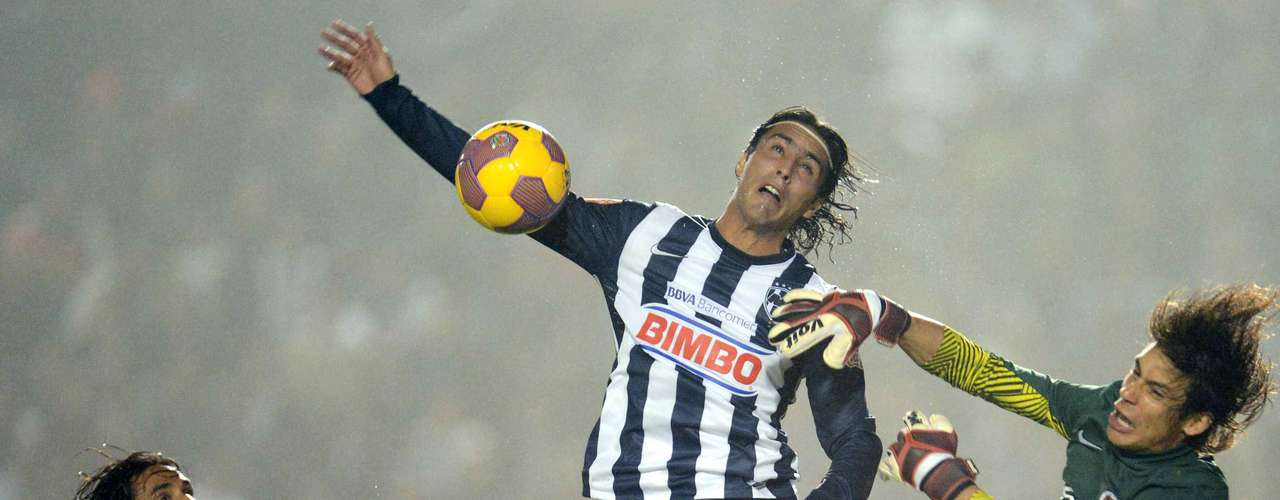Cirilo Saucedo got to the ball before Monterrey's Aldo de Nigris.