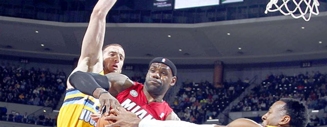 Heat vs. Nuggets: LeBron James gana el rebote ante la marca de Kosta Koufos y Andre Iguodala. El campeón Miami venció 98-93 a Denver y rompe una racha de 10 derrotas consecutivas en Colorado.