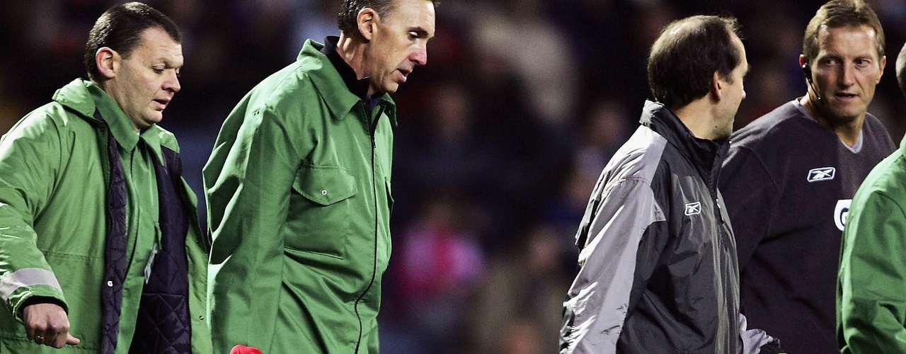 El francés Djibril Cisse puede ser el jugador más desafortunado de todos los tiempos, ya que sufrió dos lesiones terribles en su carrera, en el mismo pie izquierdo.