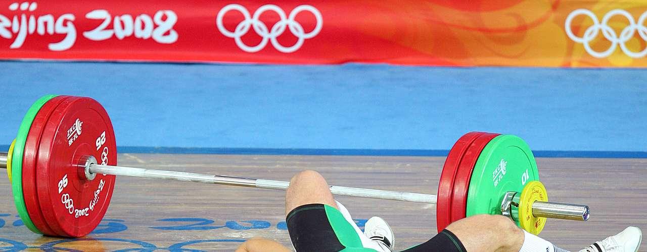 El halterista Janos Baranyai protagonizó una de las imágenes más duras de Beijing 2008, cuando se dislocó el codo durante un intento.