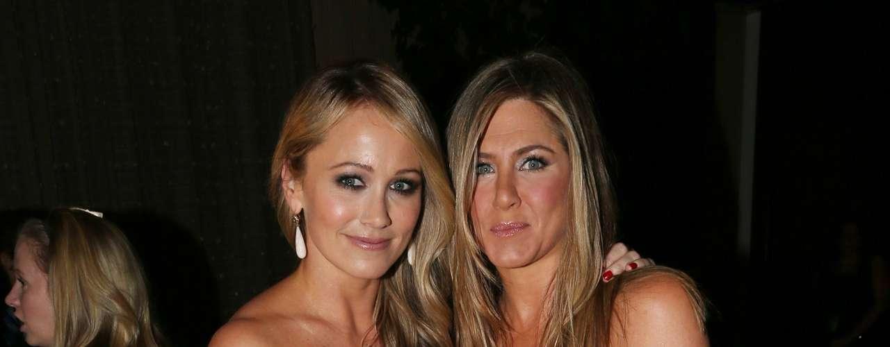 En la alfombra roja Jennifer posó para los fotógrafos con la esposa de Ben Stiller, Christine Taylor.