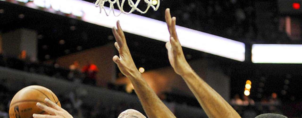NY Knicks vs. Spurs: Jason Kidd (5) dispara a la canasta ante la marca de Tim Duncan. Los Knicks de Nueva York remontaron una desventaja de 12 puntos para vencer 104-100 a los Spurs de San Antonio.