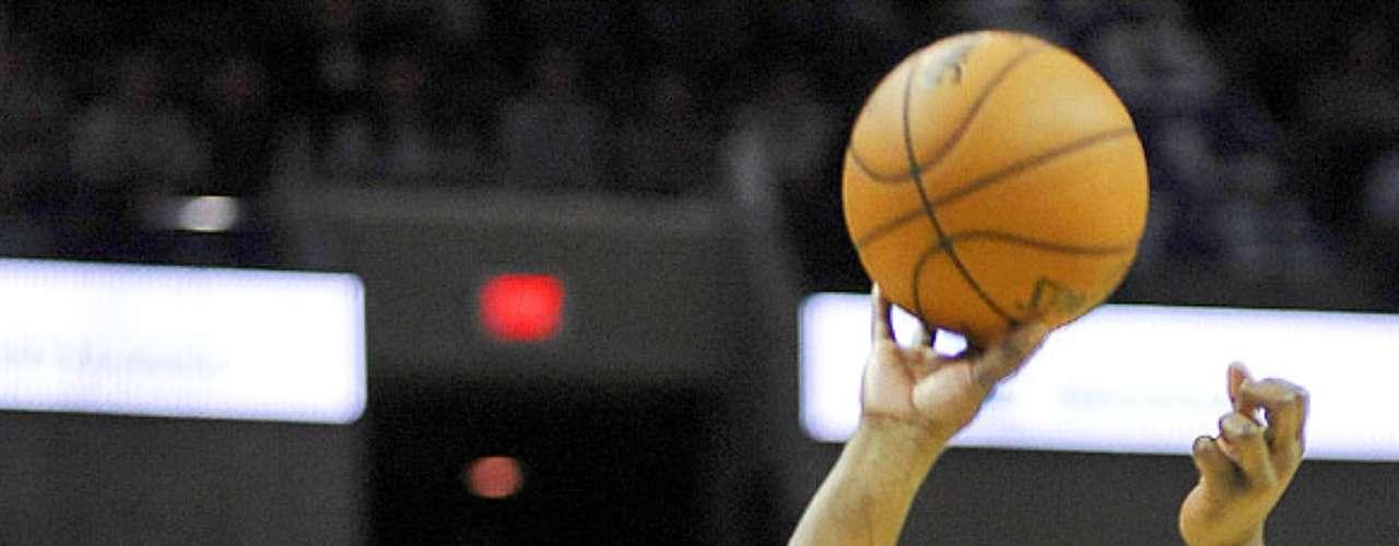 NY Knicks vs. Spurs: Raymond Felton lanza su disparo ante la marca de Tony Parker. Los Knicks de Nueva York remontaron una desventaja de 12 puntos para vencer 104-100 a los Spurs de San Antonio.