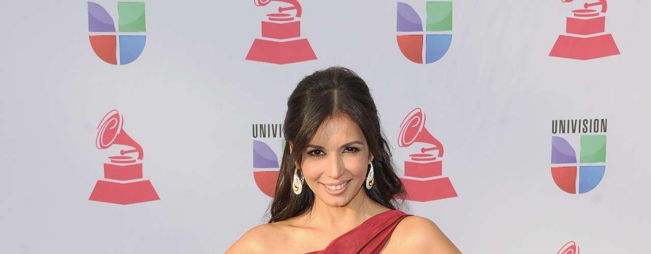 PEOR: ¿Qué es este vestido mal planchado que usó Giselle Blondet? Un tamalón mal amarrado de nuestra conductora de los especiales de Univision.