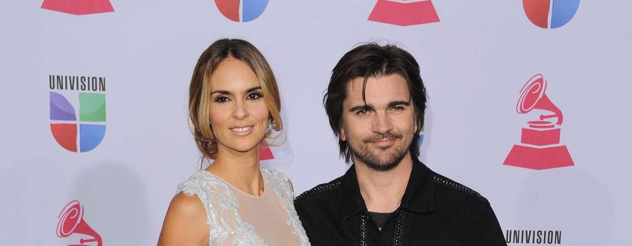 MEJOR: Karen Martinez fue con un precioso vestido bastante atrevido. PEOR: Juanes, le dió igual si era la alfombra de los Latin Grammy y que fuera una fiesta de cumpleaños de uno de sus hijos. ¿Dónde quedó el glamour señores?