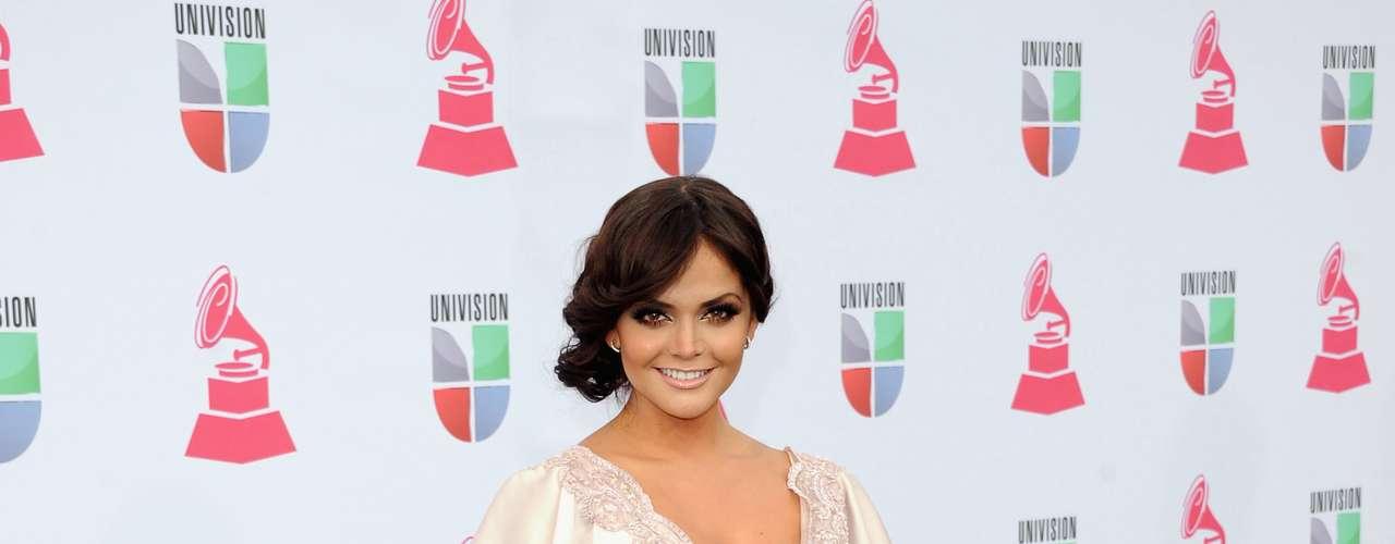 MEJOR: Marisol González estuvo radiante en los Latin Grammy 2012. Su vestido de seda tenia una abertura para enseñar la piernita.