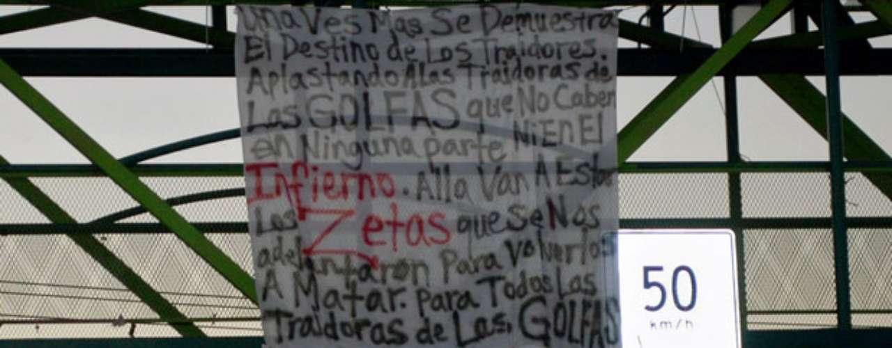 Los miembros de la organización criminal Los Caballeros Templarios despidieron con más de un centenar de pancartas al presidente Calderón, quien entregará el cargo el próximo 1 de diciembre a Enrique Peña Nieto.