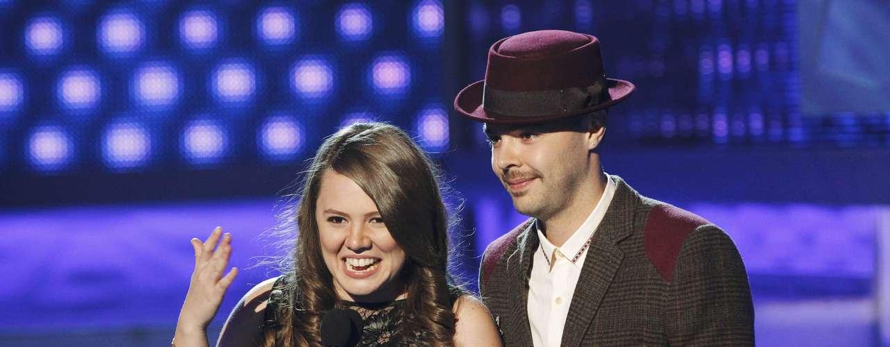 Los cantantes Jesse & Joy celebran su premio a la Canción del año por \