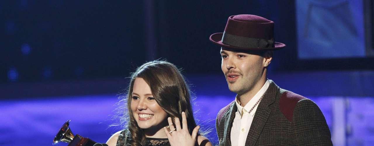 Los hermanos mexicanos Jesse & Joy posan cándidos con su gramófono al Mejor Álbum vocal Pop Contemporáneo, durante la entrega del Latin Grammy 2012, efectuada el 15 de noviembre, desde el hotel y casino Mandalay Bay Events Center de Las Vegas, Nevada.
