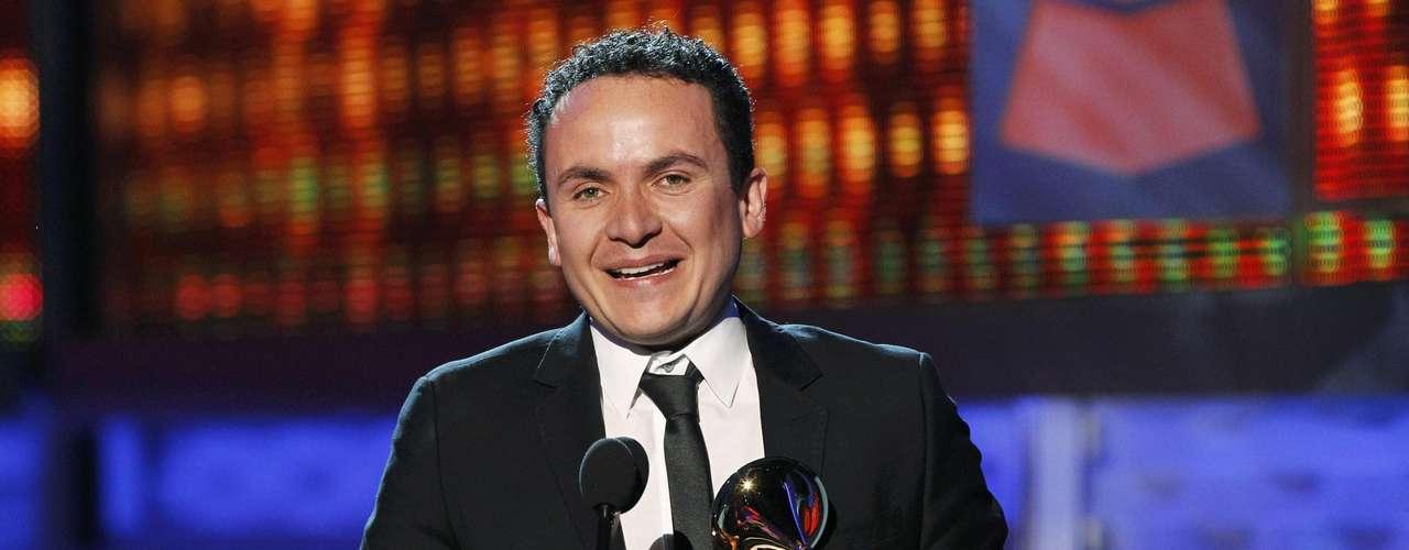 El cantante Fonseca acepta su premio por el Mejor Álbum Fusión Tropical, gracias al disco \