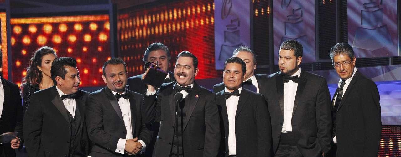 Los Tucanes de Tijuana celebran el galardón Mejor Álbum Norteño, que consiguieron por la placa discográfica \