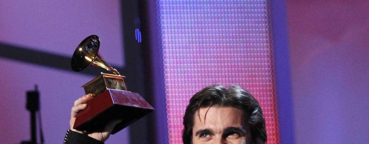 El cantante Juanes celebra el haberse llevado el premio Álbum del Año por su MTV Unplugged, durante la entrega del Latin Grammy 2012, efectuada el 15 de noviembre, desde el hotel y casino Mandalay Bay Events Center de Las Vegas, Nevada.