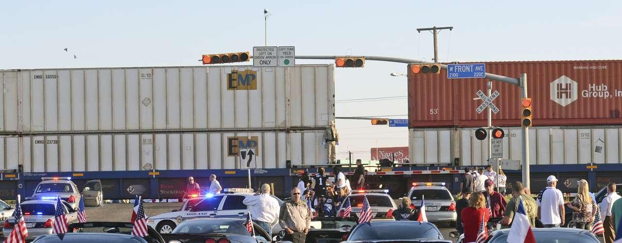 El portavoz de Midland, Ryan Stout, indicó a la prensa local que la colisión se produjo este jueves alrededor de las 16.30 hora local (21.30 GMT) en un cruce elevado, cuando la carroza cruzaba la vía del tren.
