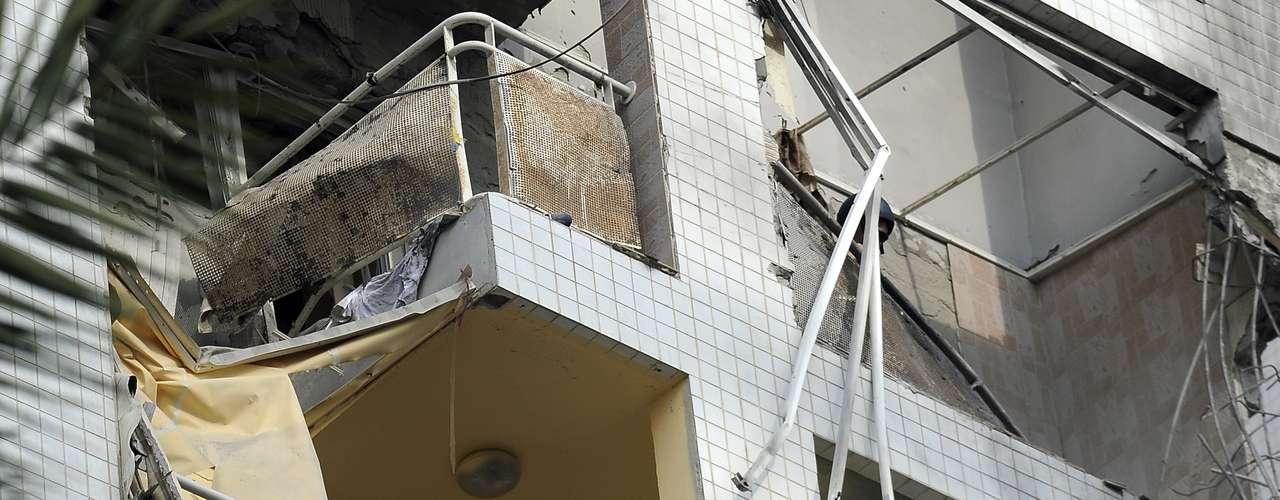 Cae la noche, los ataques aéreos se intensifican. En el tercer piso de un edificio del barrio Naser, en el norte de la ciudad de Gaza, Laila Saker ha dejado la ventana abierta para evitar que los fragmentos de cristal roto hieran a su familia.